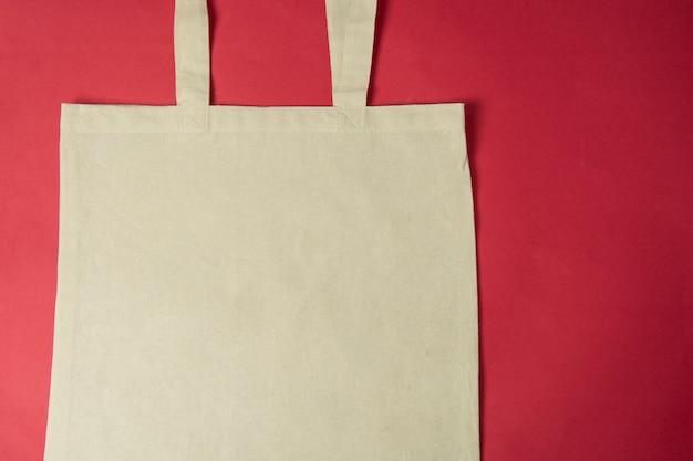 Sac écologique en toile, sac shopping sur fond rouge coloré. concept zéro déchet. Photo Premium