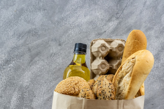 Sac D'épicerie Avec De L'huile De Cuisson Aux œufs Et Une Variété De Pain. Photo Premium