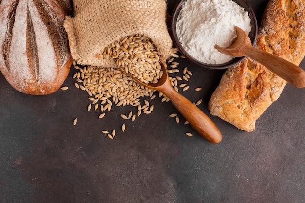 Sac de graines de blé et bol de farine Photo gratuit