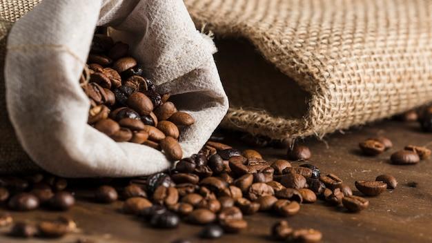 Sac avec des grains de café sur le bureau Photo gratuit