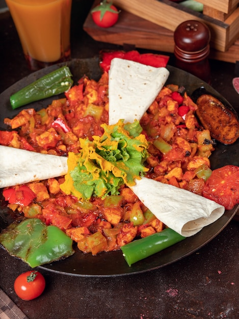 Sac ici nourriture azerbaïdjanaise avec des légumes hachés et lavash Photo gratuit