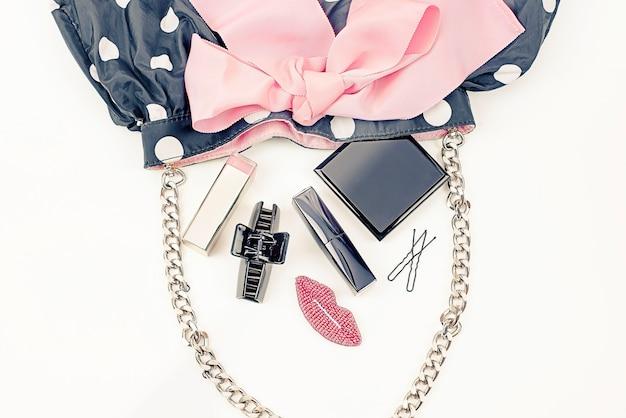 Sac à main affiche féminin avec des produits cosmétiques décoratifs. Photo Premium