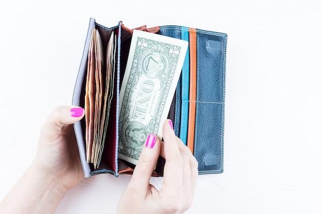 Sac à Main Avec De L'argent Dans Les Mains Photo Premium