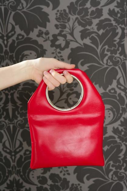 Sac à main vintage rétro rouge sur le mur des sixties Photo Premium