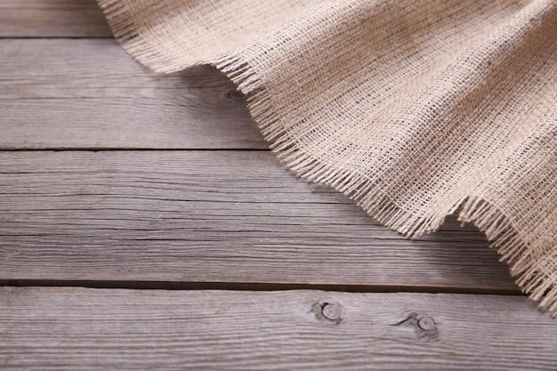 Un sac naturel sur un fond en bois gris. toile sur table en bois gris Photo Premium