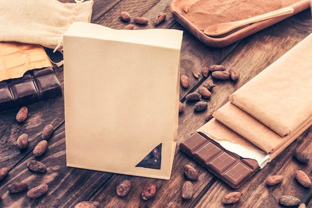 Sac En Papier Avec Des Barres De Chocolat Et Des Fèves De Cacao Sur Une Table En Bois Photo gratuit