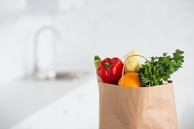 Sac en papier rempli de délicieux légumes Photo gratuit