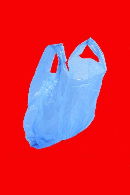 Sac en plastique isolé sur rouge Photo Premium