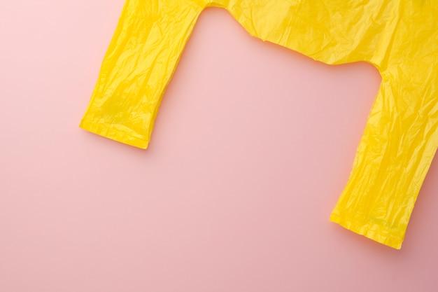 Sac plastique jaune sur fond rose Photo Premium