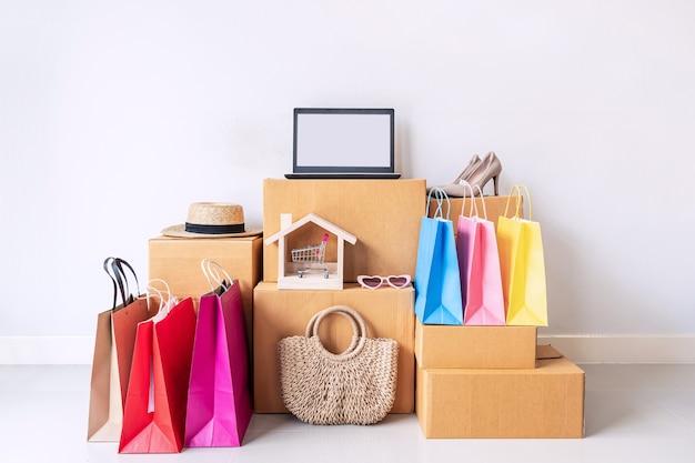 Sac à Provisions Coloré Avec Pile De Boîtes En Carton Et Articles De Mode à La Maison Photo Premium