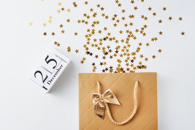 Sac à provisions avec des confettis de fête sur blanc Photo Premium