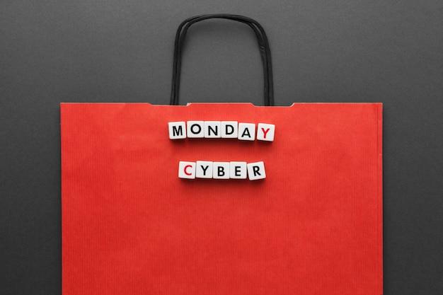 Sac à Provisions Rouge Et Cyber Lundi écrit En Lettres De Scrabble Photo gratuit