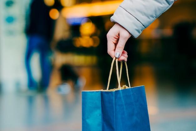 Sac de shopping à la main de womans Photo gratuit