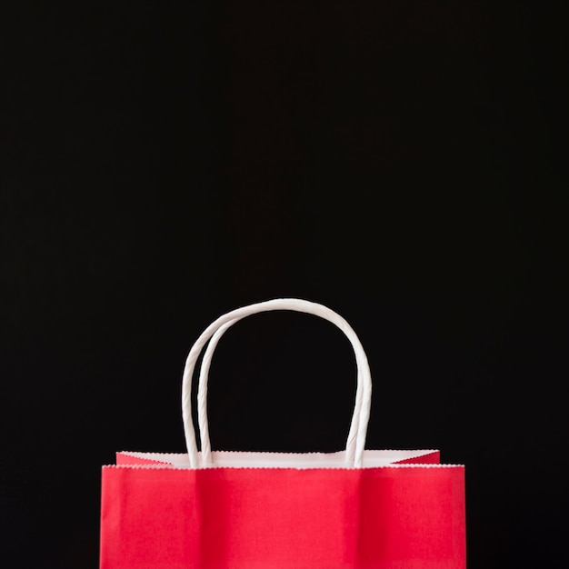 Sac shopping rouge sur la table Photo gratuit