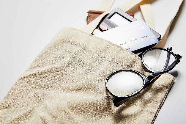 Sac en tissu avec carte de crédit et sac à main blanc Photo Premium