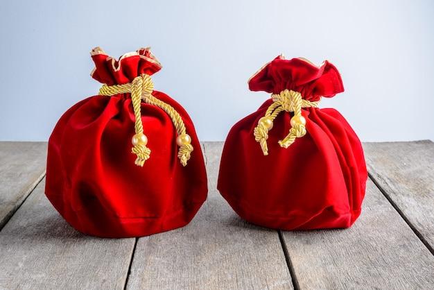 Sac en tissu ou en soie rouge du nouvel an chinois, poupée de chance Photo Premium
