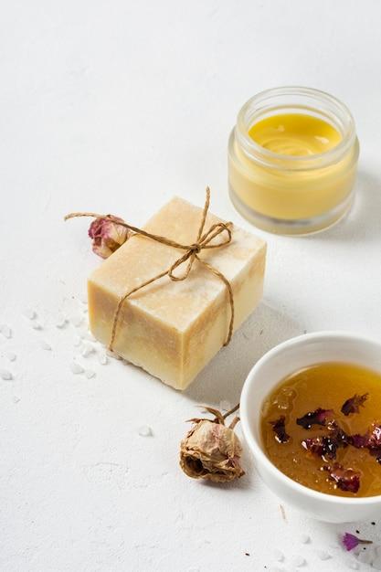 Sachet de crème glacée et de savon au spa Photo gratuit