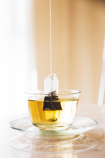 Sachet de thé dans une tasse Photo gratuit