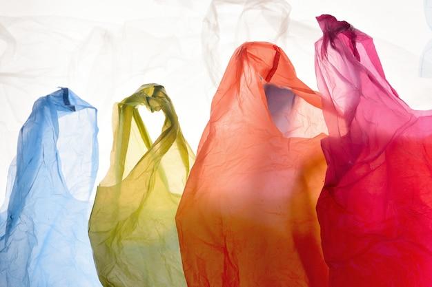 Sachets en plastique de couleurs utilisées et transparentes Photo Premium