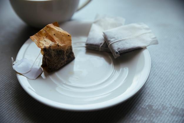 Sachets de thé sur la petite assiette vue de face Photo gratuit