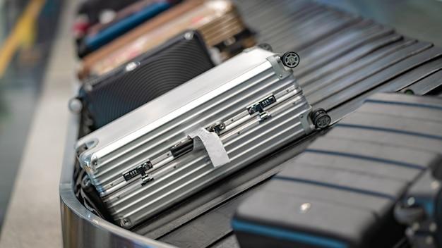 Sacs à bagages sur convoyeur Photo Premium