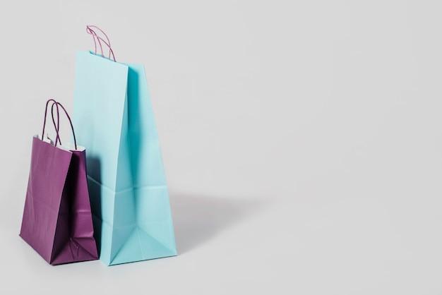 Sacs en papier bleu et violet Photo gratuit