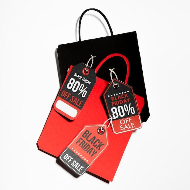 Sacs en papier colorés avec des étiquettes black friday Photo gratuit