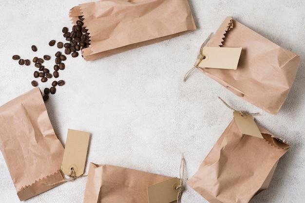 Sacs En Papier Avec Des étiquettes Remplies De Grains De Café Et Espace Copie Photo Premium