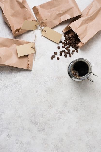 Sacs En Papier Avec Des étiquettes Remplies De Grains De Café Photo gratuit