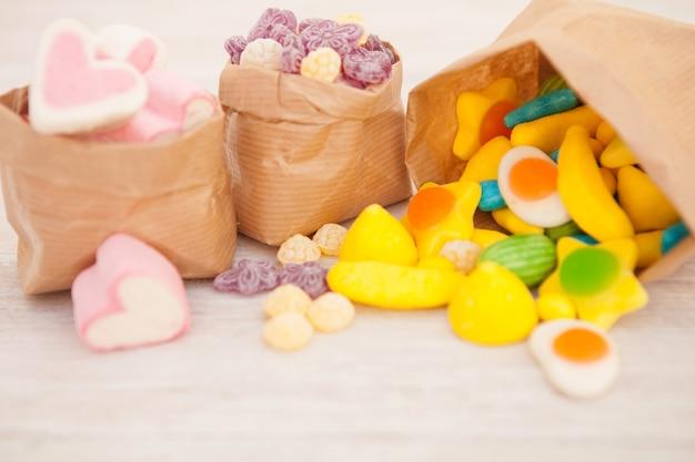 Sacs en papier fourrés aux bonbons Photo Premium