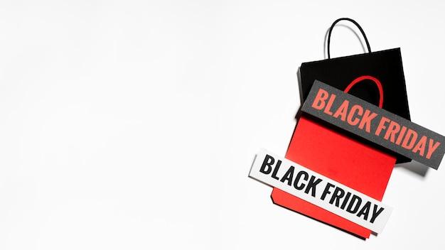 Sacs en papier avec des signes du vendredi noir Photo gratuit