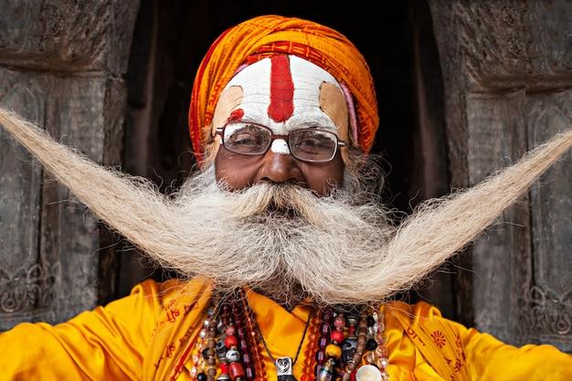 Sadhu au temple de pashupatinath Photo Premium
