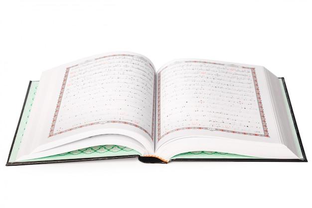 Le Saint Coran Sur Fond Blanc Photo Premium