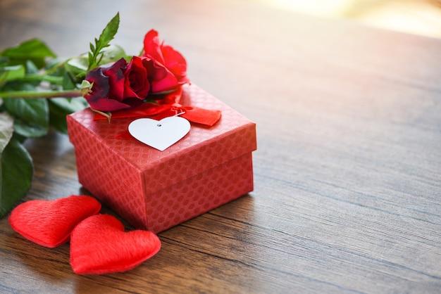 Saint valentin coffret fleur amour coffret rouge avec ruban arc roses rouges fleur et coeur Photo Premium
