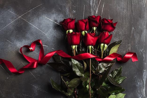 Saint Valentin, Fête Des Mères, Rose Rouge, Cadeau Surprise Coeur Et Ruban Photo gratuit