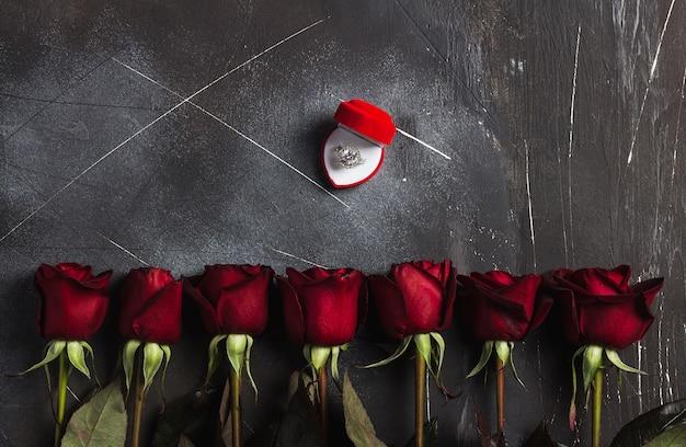 Saint valentin m'épouser la bague de fiançailles de mariage en boîte avec un cadeau rose rouge Photo gratuit