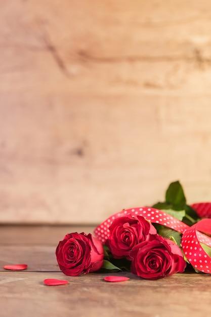 Saint Valentin Avec Des Roses Rouges Photo gratuit