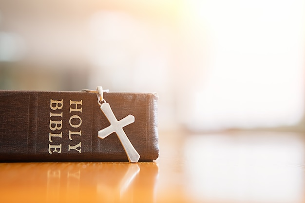 Sainte bible et croix sur table. Photo Premium