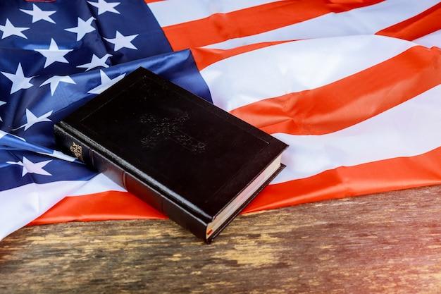 La sainte bible et le drapeau des états-unis à l'arrière-plan. Photo Premium