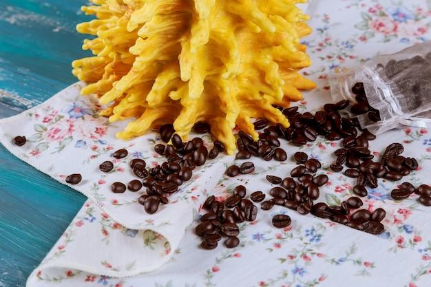 Sakotis est une pâtisserie nationale lituanienne. avec des grains de café sur une table de couleur bleue Photo Premium