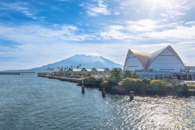 Sakurajima montagne, mer et fond de ciel bleu, kagoshima, kyushu, japon Photo Premium
