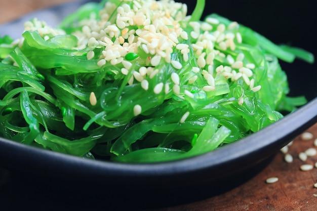 Salade d'algues - nourriture japonaise Photo Premium
