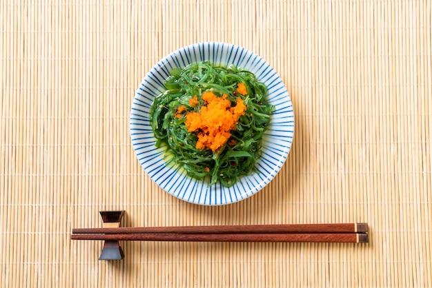 Salade d'algues avec oeufs de crevettes - style japonais Photo Premium