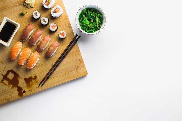 Salade d'algues et rouleaux de sushis Photo gratuit