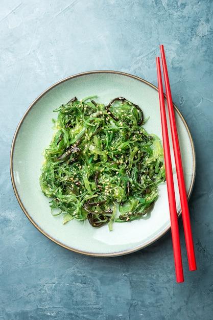 Salade d'algues servie et prête à manger Photo gratuit