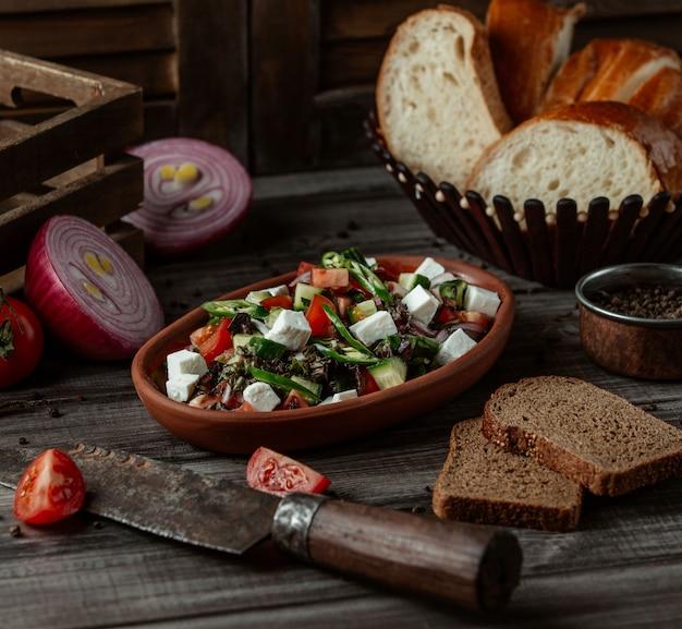 Salade au fromage et aux cubes de légumes et aux herbes Photo gratuit
