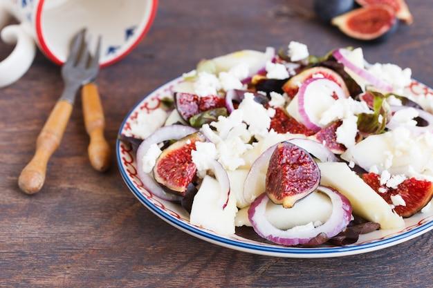 Salade aux figues et au melon. snack sur les fêtes d'été. Photo Premium