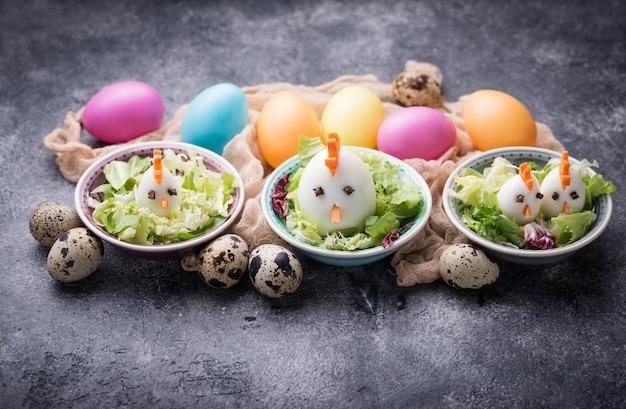Salade aux oeufs en forme de poulets. nourriture de fête. Photo Premium