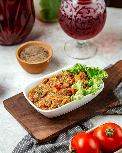 Salade Barbecue Sur Une Planche De Bois Photo gratuit