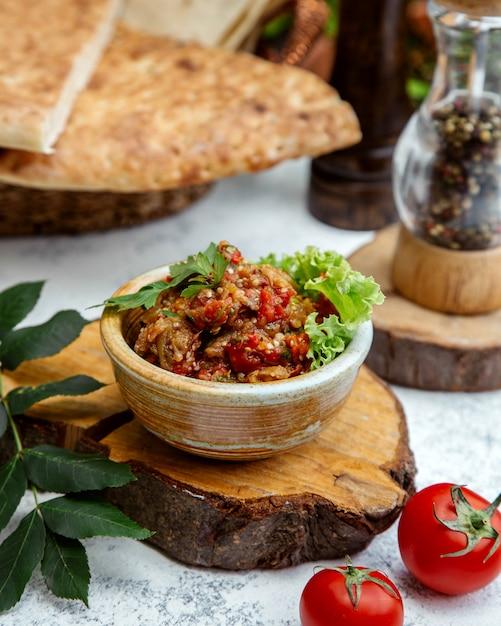 Salade Barbecue En Poterie Sur Un Chanvre En Bois Photo gratuit